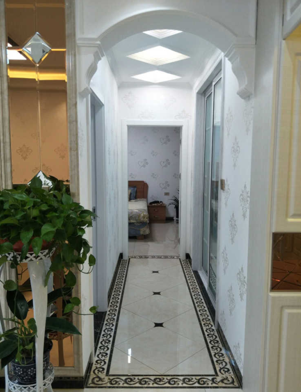 小走廊地砖铺了造型,因为老公喜欢这个样子的,弧形门的设计不至于让空