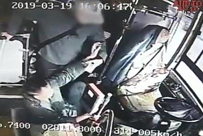 车子还在行驶中,老人一把将公交司机扯到地上,网友:坏人变老了