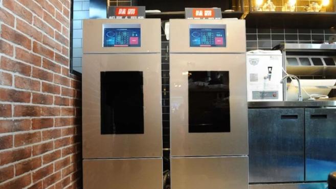 外卖的最大对手来了!这台机器人能炒800道菜,还能把锅洗了……