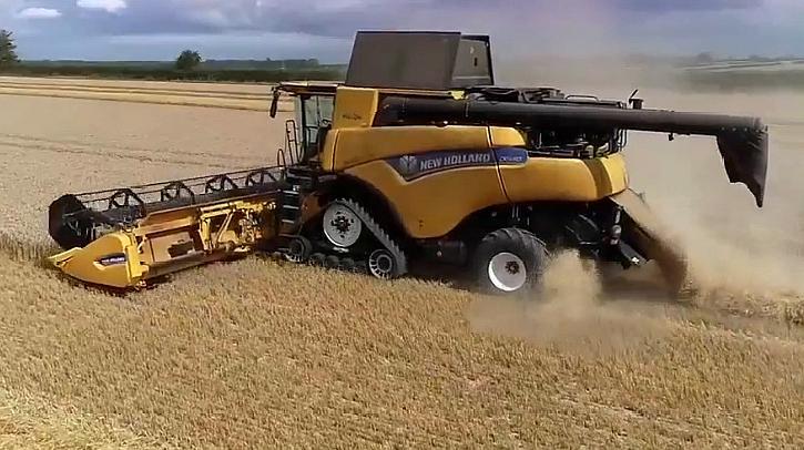 新型小麦收割机,效率高同时将秸秆打捆、运出,是怎样完成的?