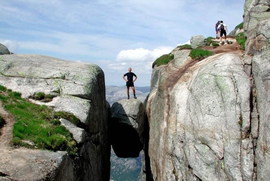 世界上最奇特的3块石头,第一块胆小的人不敢站,中国有一块