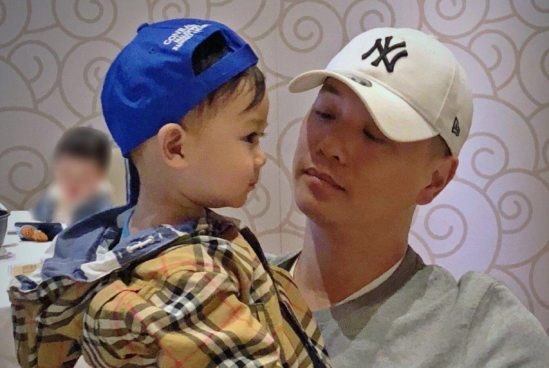 胡杏儿老公晒与儿子合照 皮肤白嫩逆天睫毛像精致洋娃娃