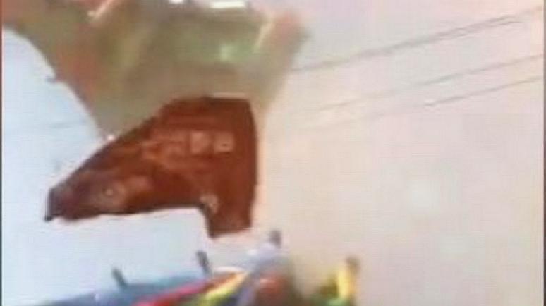 事发现场飞沙走石!疯狂龙卷风刮倒蹦蹦床,18名儿童受伤