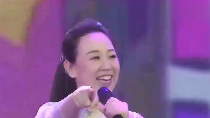 小萌娃和关凌成为搭档,台上一首《粉红色的回忆》,真的太可爱了