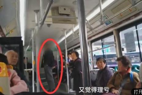 大爷坐公交不刷卡,遭全车怒怼下车,大爷下车后其余乘客鼓掌称赞