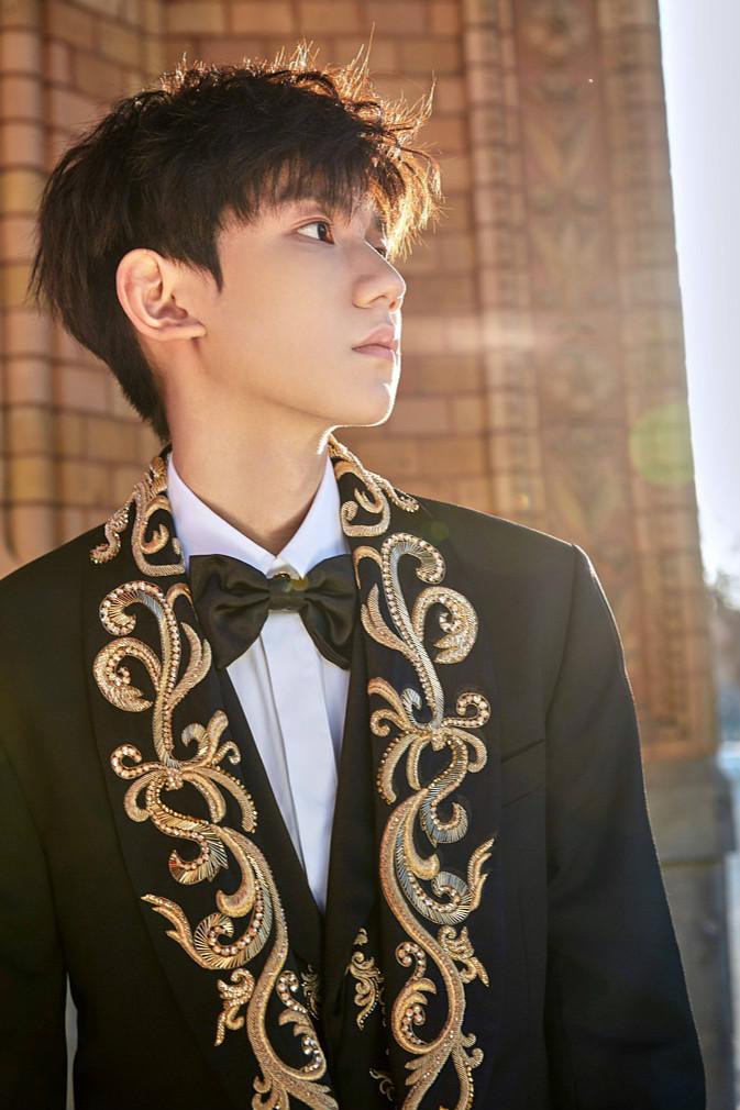 王源最新写真变贵气小王子 穿黑金刺绣西装帅出新高度