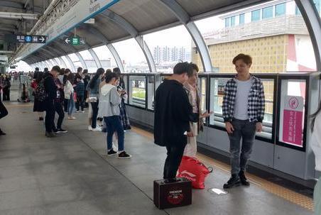 深圳双龙地铁站:黑的士,拉客电动车,太热情了