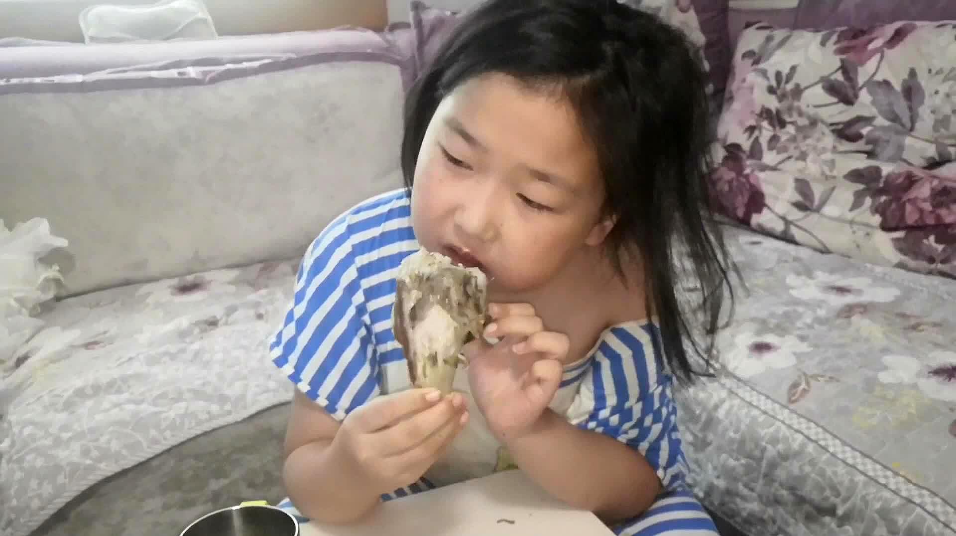 胖姐给姑娘做的大骨头汤,骨头好吃汤好喝,营养美味两不误