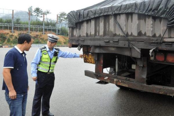 交警检查车辆时为啥都要先摸车尾?老司机:不懂要吃大亏