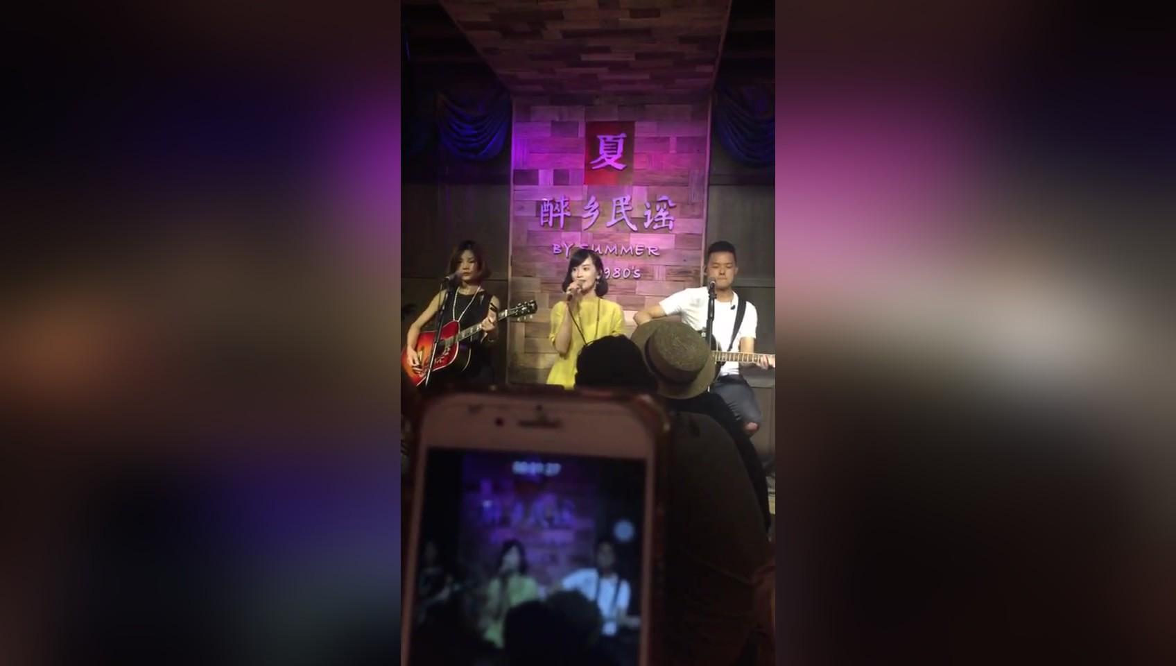丽江网红 手鼓达人—夏夏 去年过去丽江她们的醉乡民谣酒吧