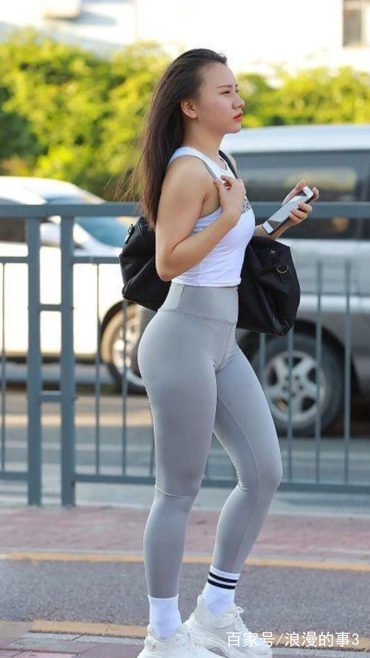 街拍:美女穿紧身裤出街,身材紧致有型,看来健身房没少
