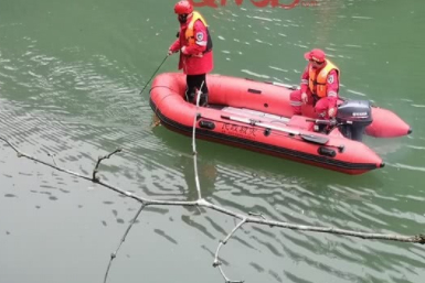 22岁小伙欲跳水库自杀,因水太冷上岸,又躲别人家床底想饿死自己