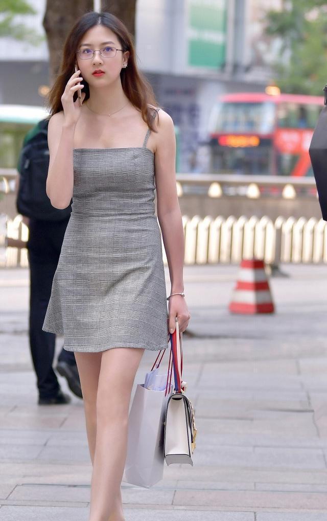 美国少妇木耳b图_街拍:知性少妇,五官标致,身穿灰色吊带裙,彰显成熟女性的魅力