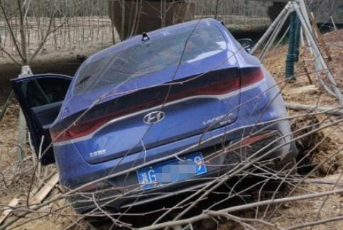 现代菲斯塔从高架桥摔下,车身严重受损,车主:质量比想象中好