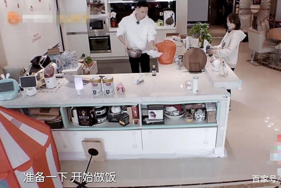 有人在厨房里狂撒狗粮,而我只想要他们的开放式厨房