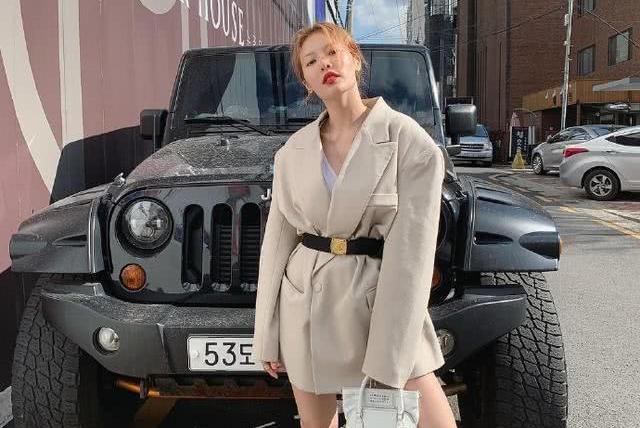 泫雅晒街拍照坐吉普车头上秀美腿 眯眼甜笑做回清纯少女