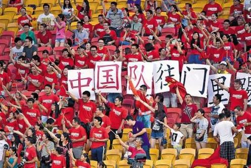 盘点那些赛场上中国球迷搞笑足球标语,你们赢了,我笑了