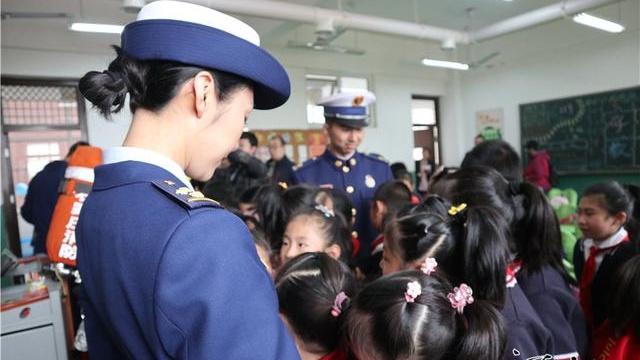 一场特殊的班会!消防员走进建华东路小学圆孩子们英雄梦