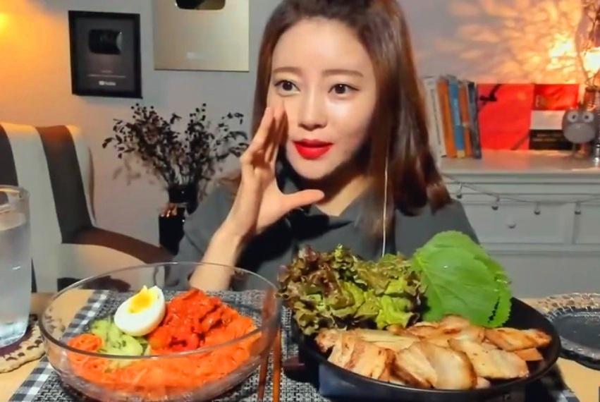 韩国大胃王吃辣拌面,加上肥的流油的五花肉,生菜叶一卷太香了