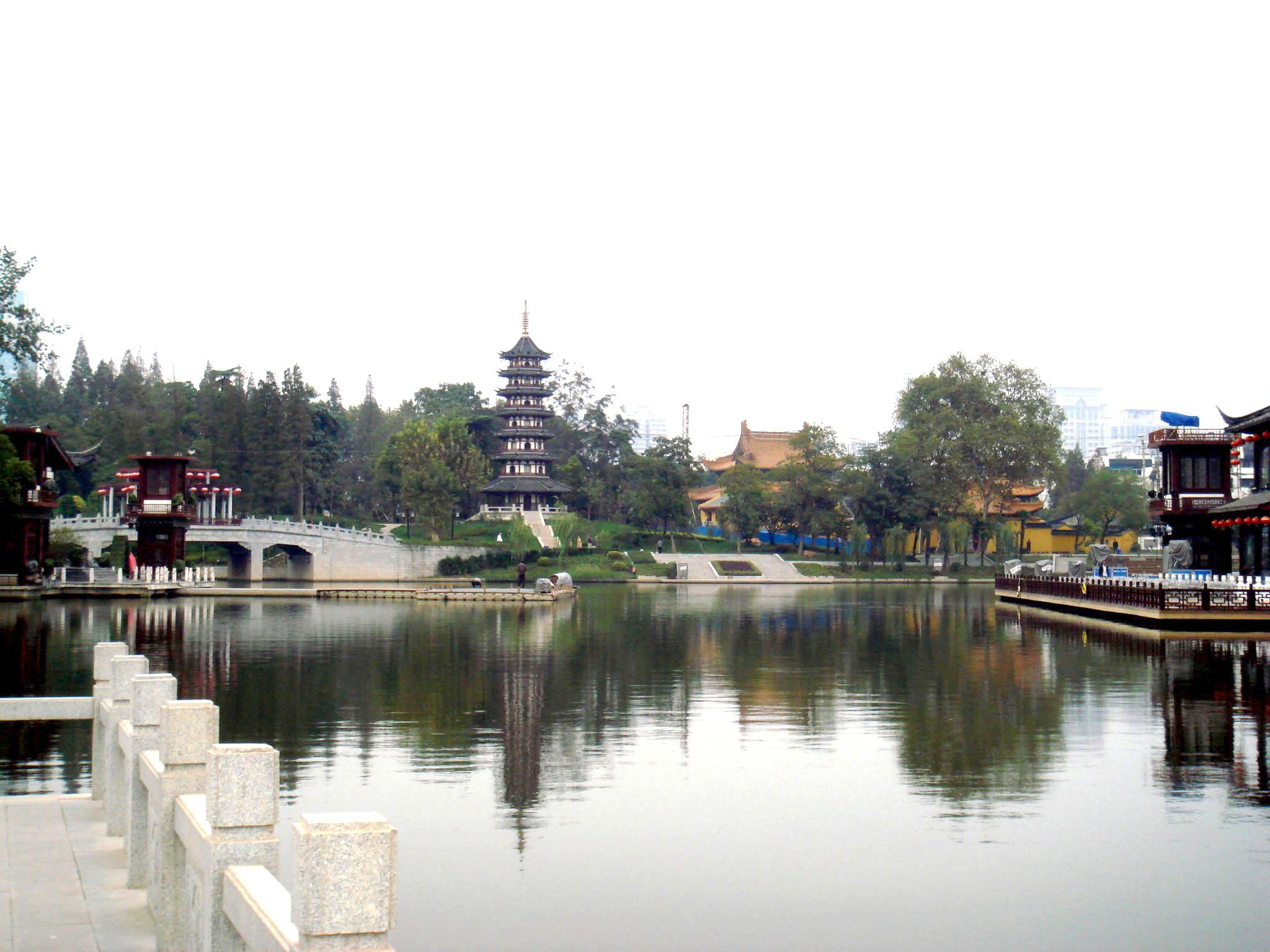 除了宜昌三峡观坝风景区,南京白鹭洲公园,风景非常好