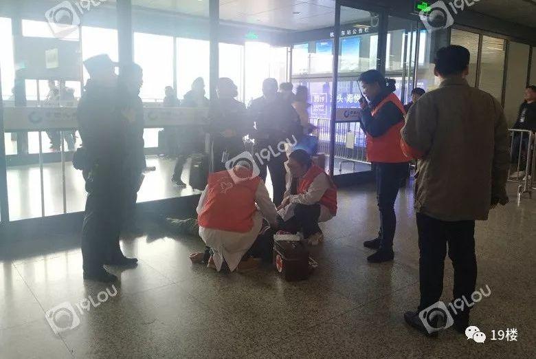 突发!杭州东站东入口处一个男乘客晕倒了!