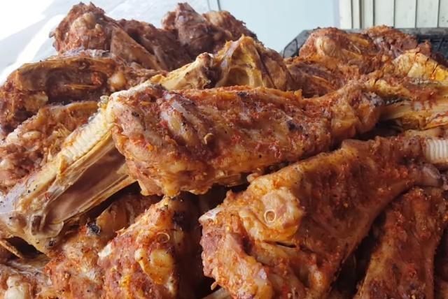 """泰国街头小吃""""烤骨肉"""",一斤200元,越吃越不对,多亏导游提醒"""
