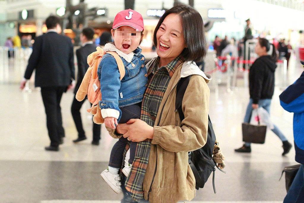 朱丹带女儿走机场,学生头短发搭配格纹衫太减龄,素颜哪像38岁