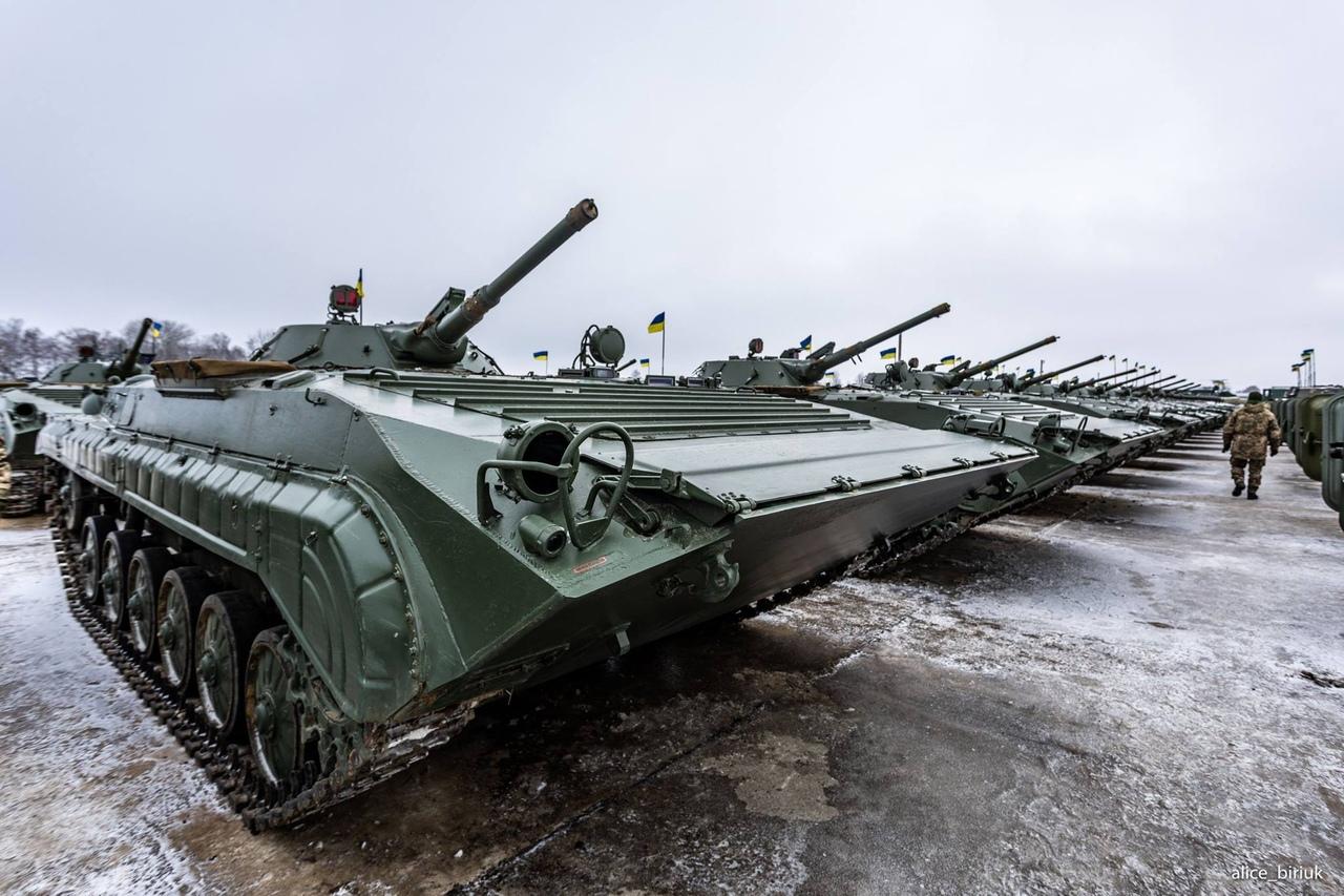 军事武器_乌克兰接受大批军事装备 总统现场为乌军打气