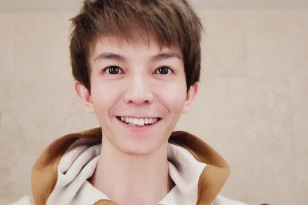 36岁郭敬明晒自拍少年感十足,看着要比37岁的韩寒小20多岁
