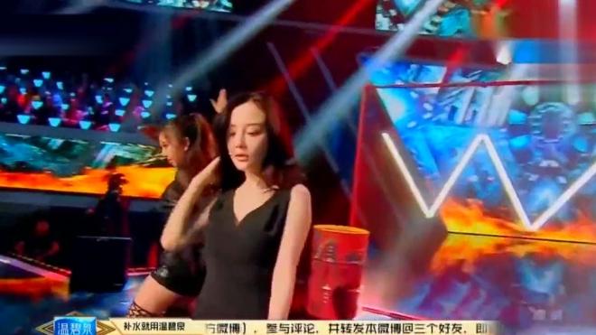 辣妈李小璐性感黑裙演绎非常任务,渔网丝袜伴舞惊艳全场