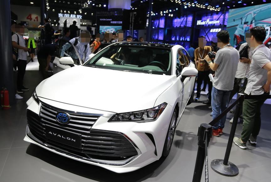 丰田终于亮出王牌,新车高速稳如奔驰,百公里油耗4.3L,不足21万