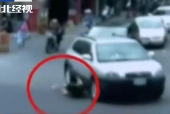 醉酒女子大街上碰瓷,不料轿车直接往她腿上轧过,酿出惨案