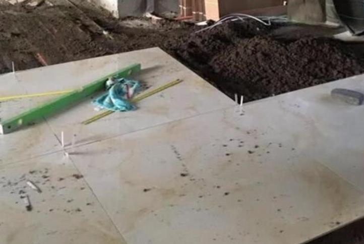 地砖刚铺,邻居过来指出留缝的问题,而师傅直问:你懂吗?