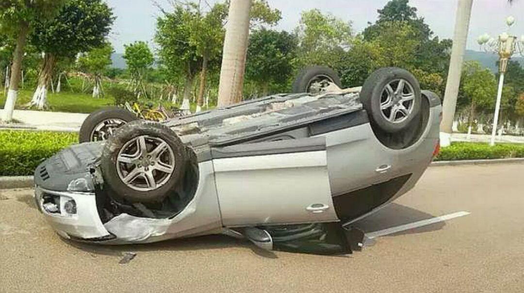 这种开车方式极其危险,但是仍然有很多人正在做