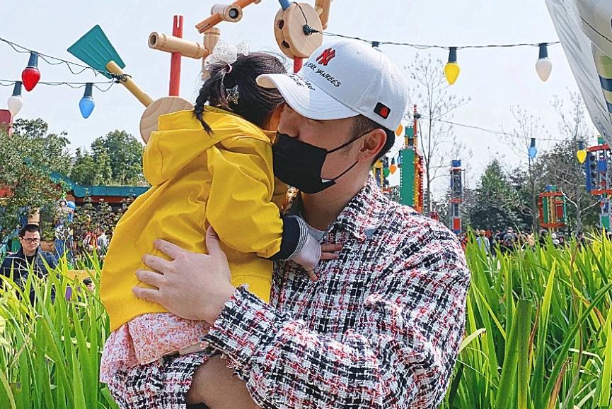 陈赫终于舍得晒妻子了,与张子萱吃同款冰淇淋,直呼她像个小孩