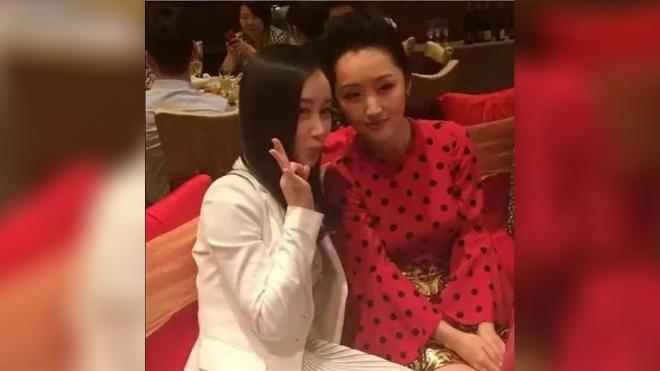 杨钰莹46岁了竟还在扮少女,没想到遇上了舒畅,年龄差距立显!