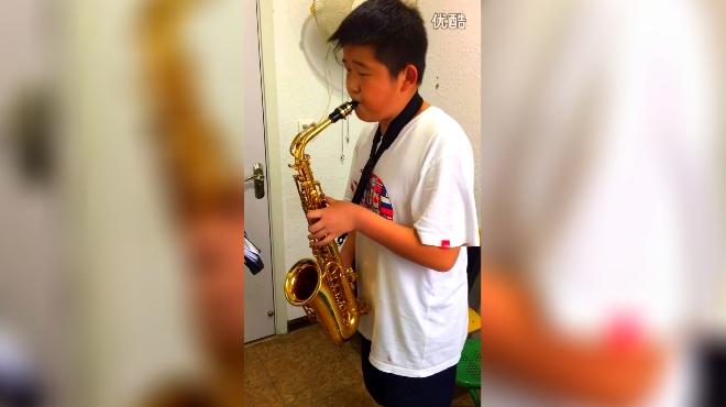 小男孩用萨克斯独奏一首《父亲》好听经典,声音令人