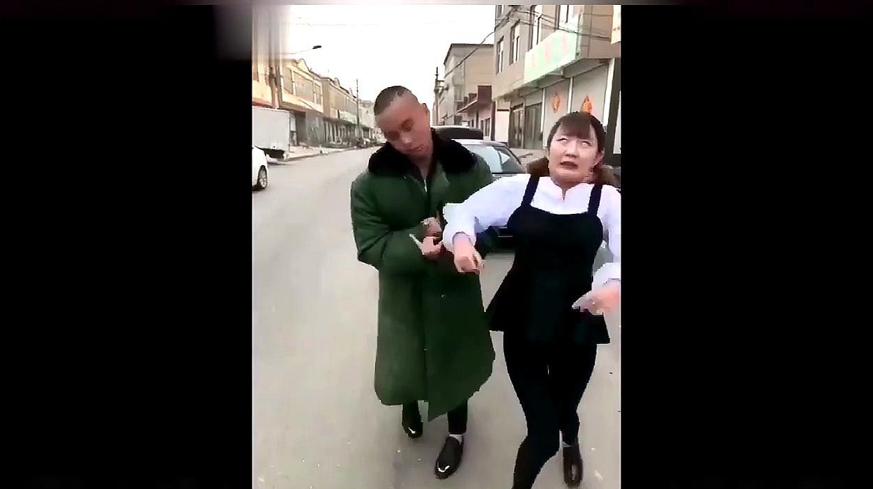 农村美女恶搞视频,太搞笑了