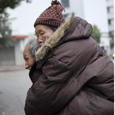 白发老人在街上的那一幕,感动街边无数人