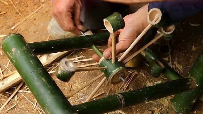 农村老爷爷小木屋旁纯手工竹子造水车,真好玩,好想来一个!