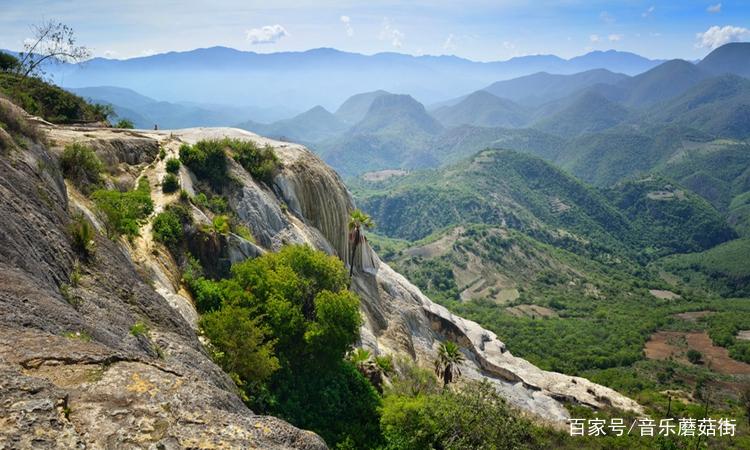 照片中大山景色非常壮观,山势雄伟,不知道你去过这个地方没有.