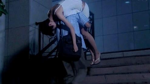 小姨子和姐夫性故事_小姨子喝多,姐夫这样送她上楼