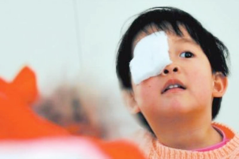 3岁娃洗澡摔倒造成眼皮撕裂,只因墙上的这个东西,很多家庭都用