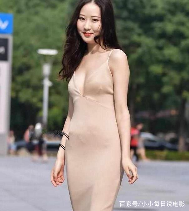 街拍:妖娆妩媚的姐姐小美女,一件吊带开叉裙,尽显熟女裸体日韩美女_图片