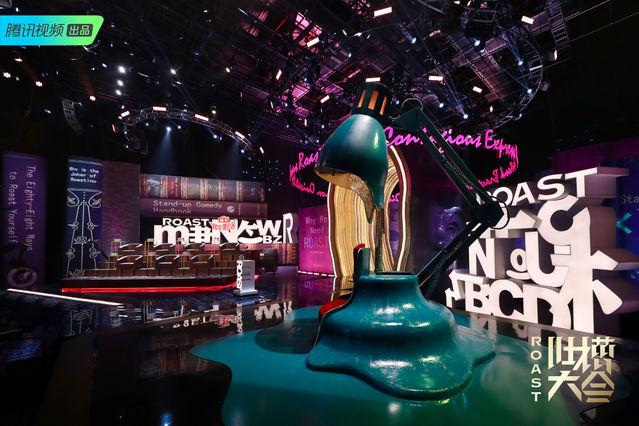 """《吐槽大會》第四季度舞臺 脫口秀主持人江小魚在""""吐槽大會""""的第四圖片"""