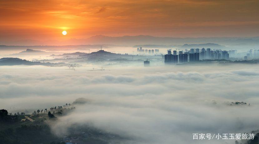 重庆合川,远处的高楼耸立,看上去好像海市蜃楼,有著名