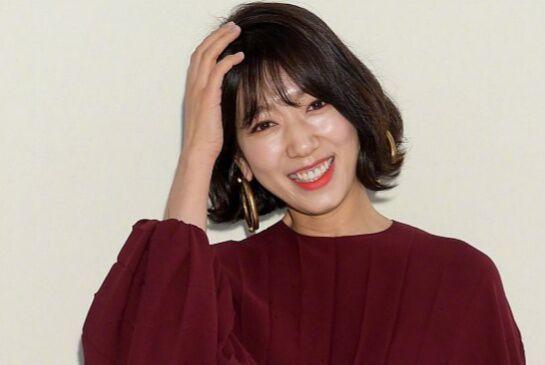 韩国知名女星短发亮相巴黎时装周,粉丝:真好看,网友:老了十岁