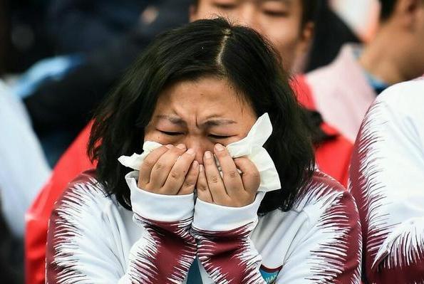 """这是要闹哪般?死忠球迷穿权健队服高喊""""权健必胜"""",输球后痛哭"""