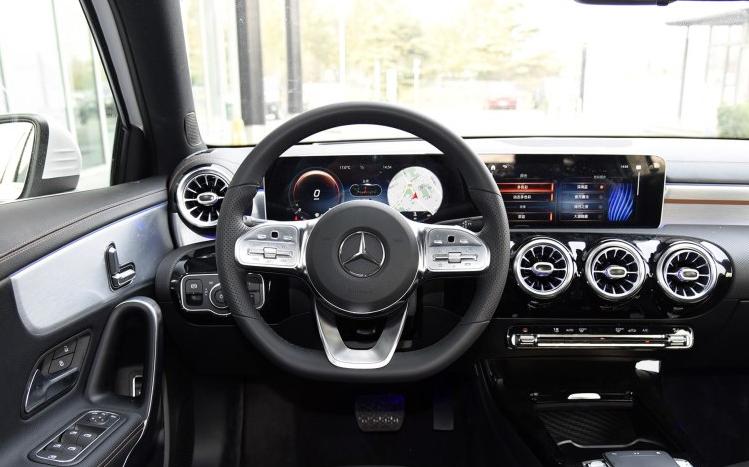 奔驰A200L上市 21万起售 看到实车奥迪宝马都腿软