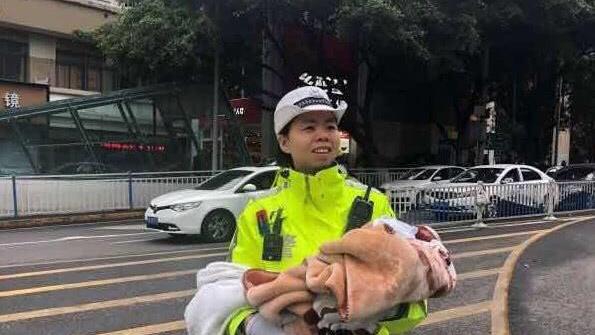 """重庆45岁女警单手抱婴儿,单手指挥交通,""""20年没抱过了"""""""